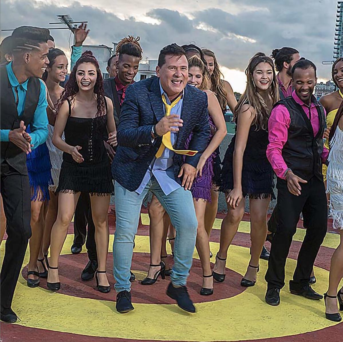 """Roberto Antonio y bailarines en el detrás de las cámaras del video """"La Vida es Una"""", en la Habana, Cuba."""