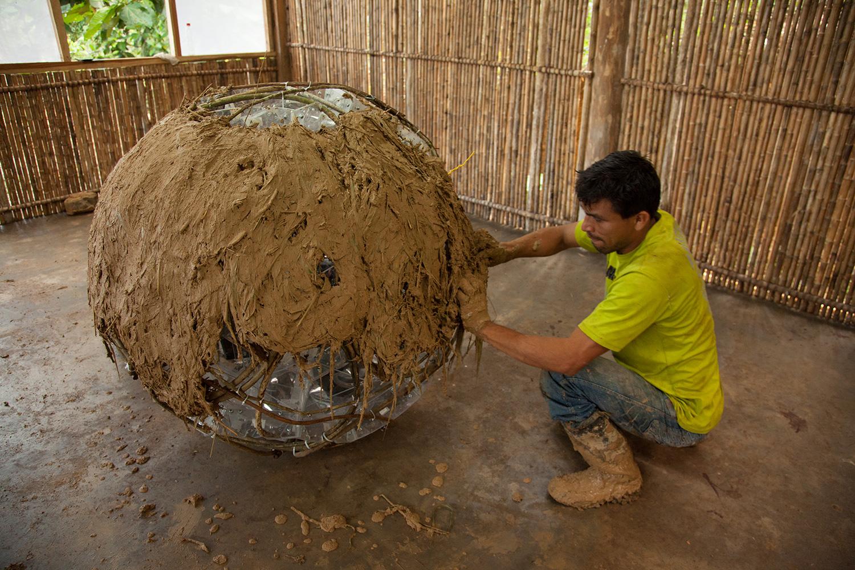 TZ'IJK.0. Local builderAdriel Vasquez Saavedra plastering external  quincha layer.