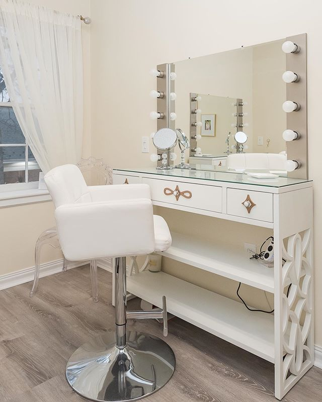 In the studio today to glam up a client! 💄 ⠀⠀ I love being able to utilize my studio during the week for hair and makeup services. ✨ ⠀⠀ Can you believe my amazing husband built that light vanity for me?! 😍 #bestelectricianiknow ⚡️ . . . Photos by the very talented @karinamartinezphoto