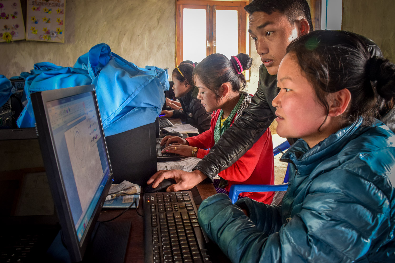 DSC_0393_girls-computer.jpg