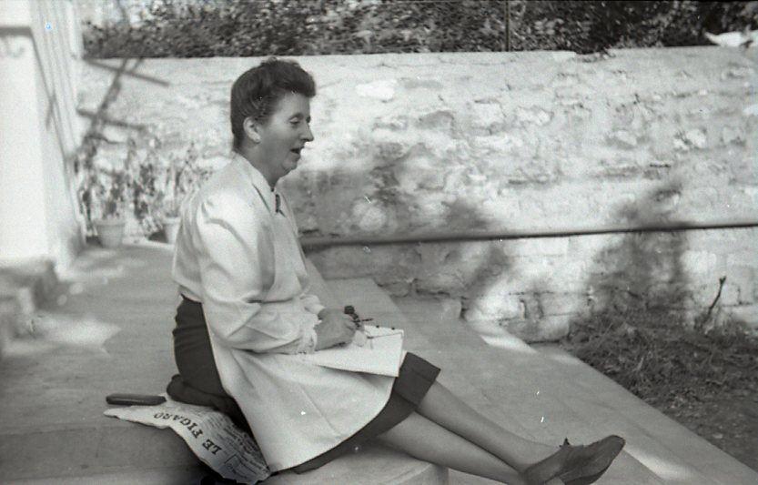 Yvonne, sur le perron du pavillon des Bordes à Bécon-les-Bruyères en 1948
