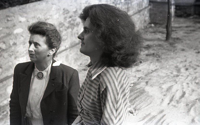 Avec sa fille Denise de Sonneville-Bordes, 1954