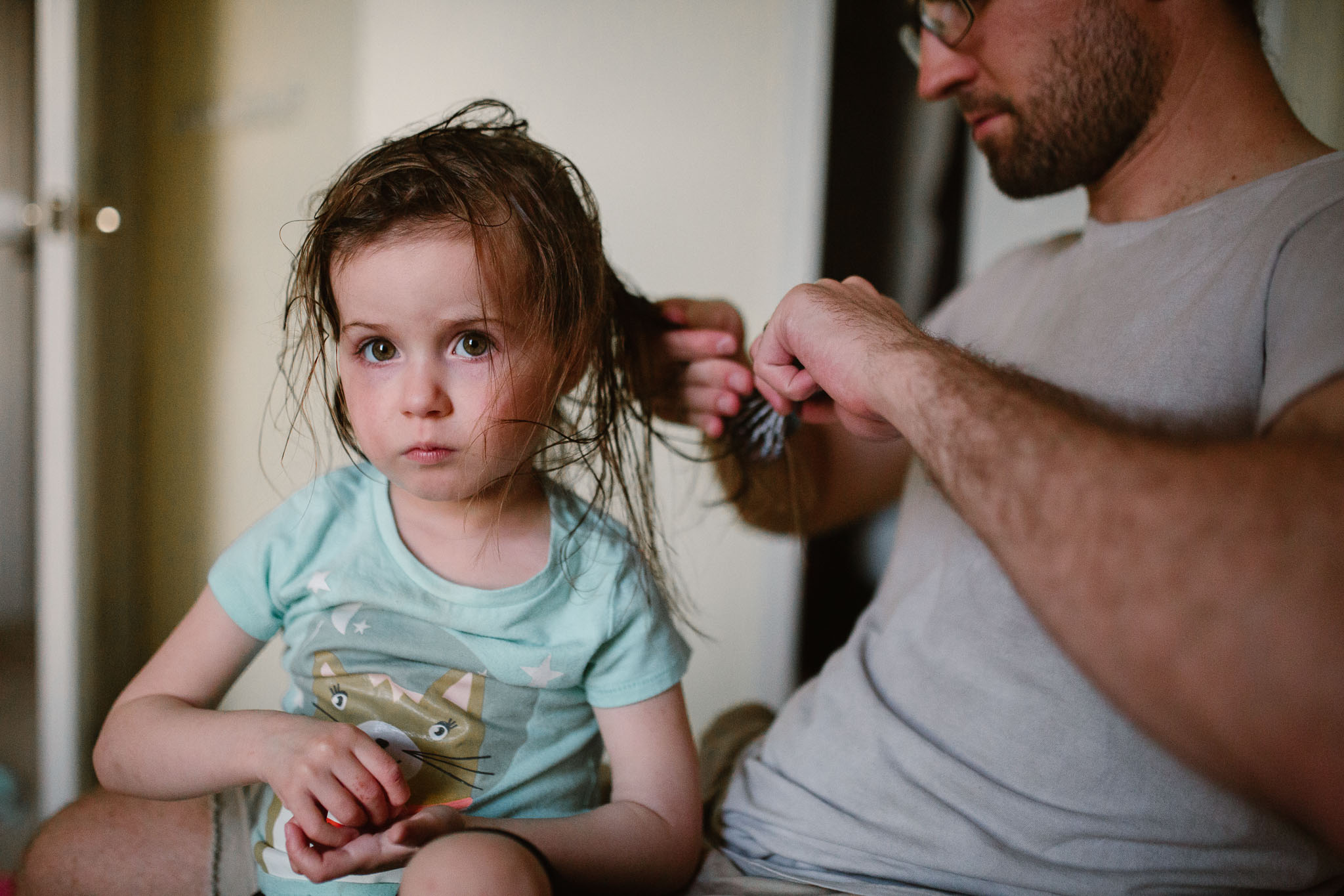 dad brushing toddler's hair lifestyle childhood family photography ashburn, virginia