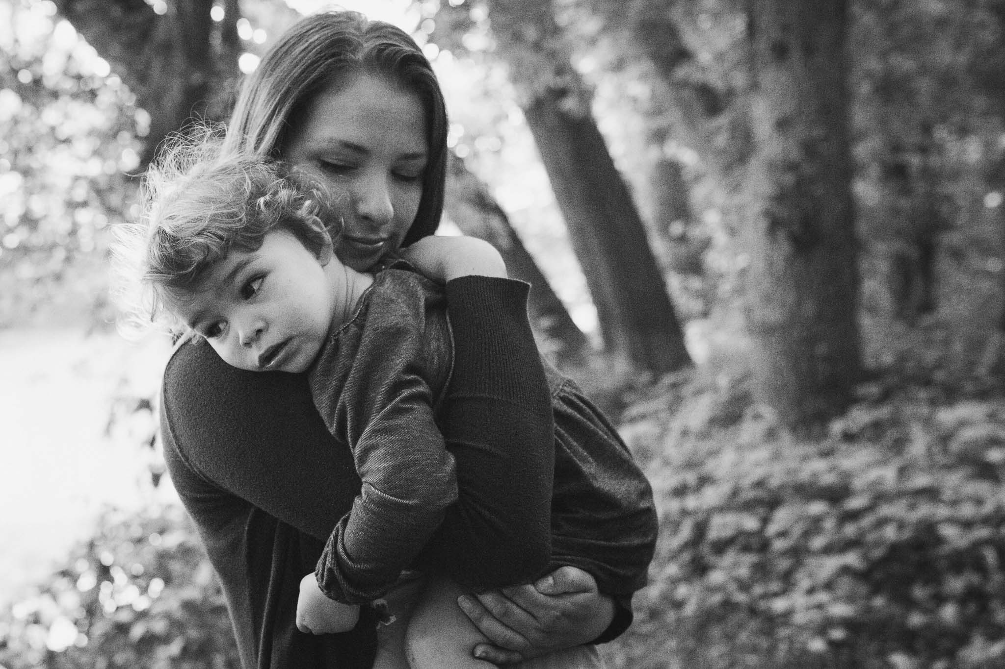 black and white mother and daughter hugging  at Bles Park in Ashburn, Virginia lifestyle family photography