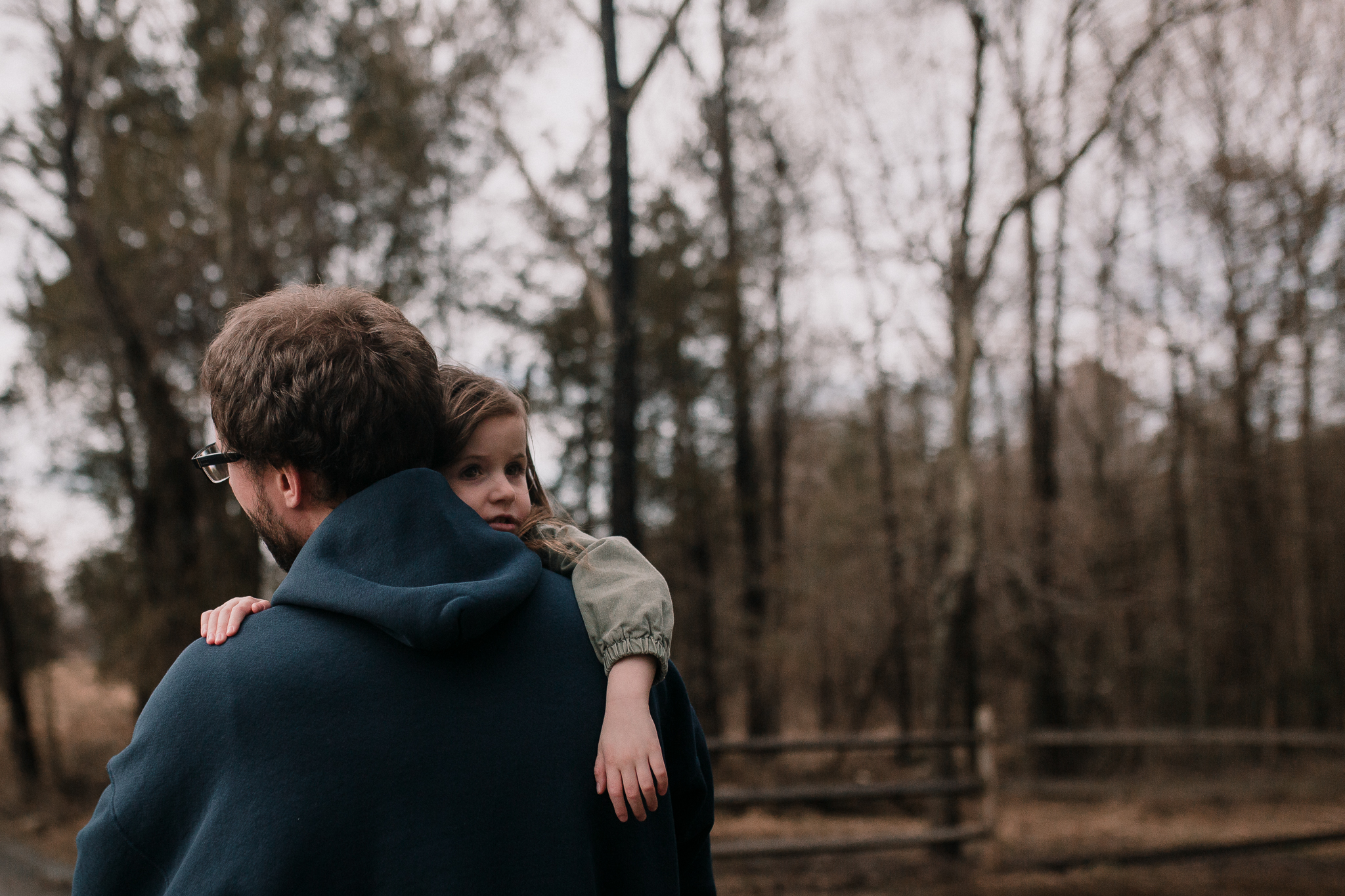 father daughter hug outdoor lifestyle documentary family Claude Moore Park Ashburn Loudoun northern Virginia  childhood Marti Austin Photography