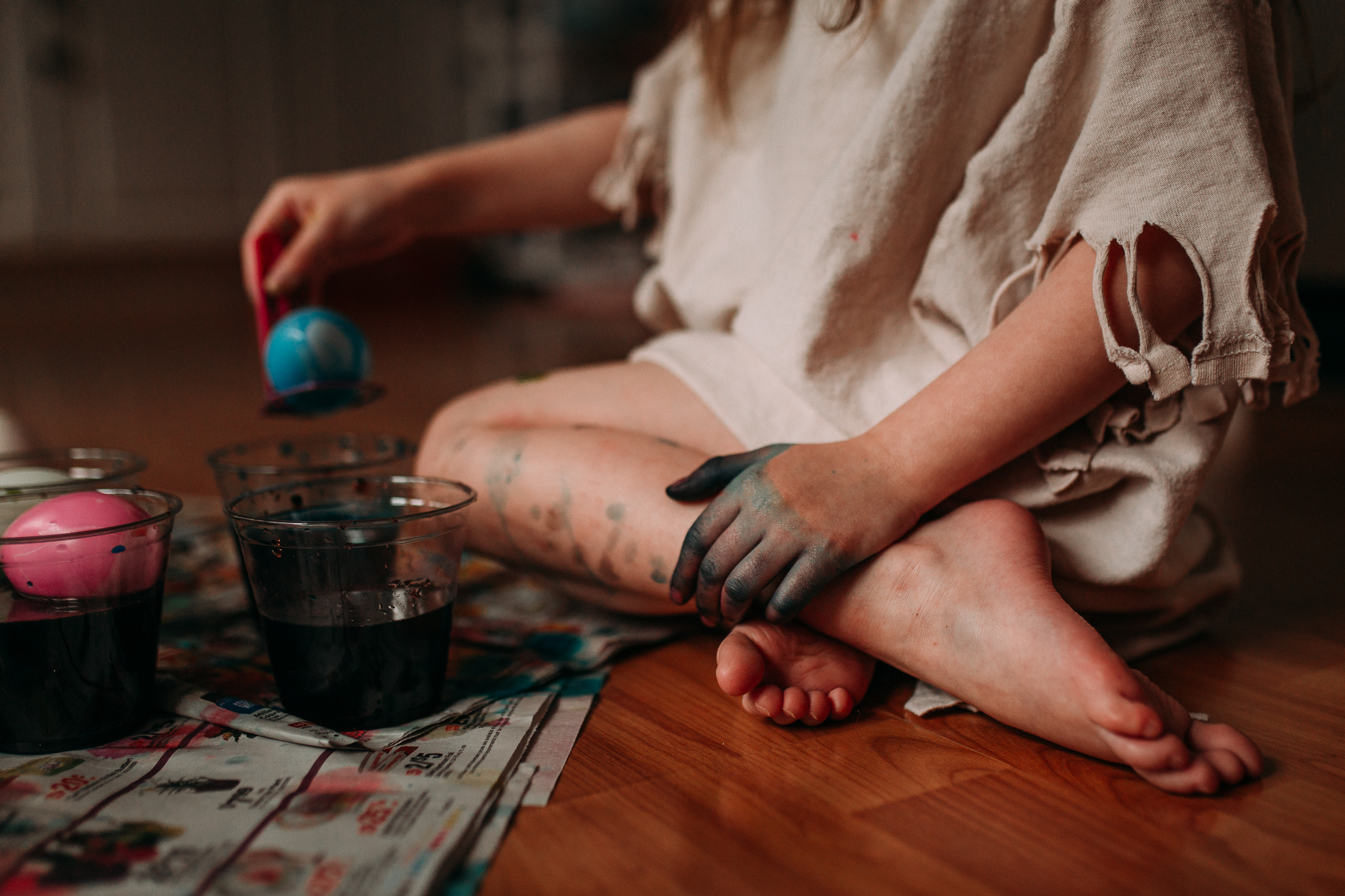 girl dyes Easter eggs details hands feet lifestyle documentary family childhood Ashburn Loudoun Northern Virginia Marti Austin Photography