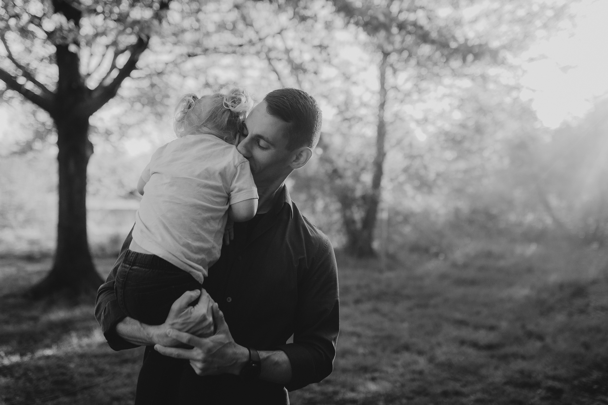 black and white father daughter hug maternity motherhood family lifestyle documentary Claude Moore Park Sterling Loudoun Virginia Golden Hour Sunset spring Marti Austin Photography