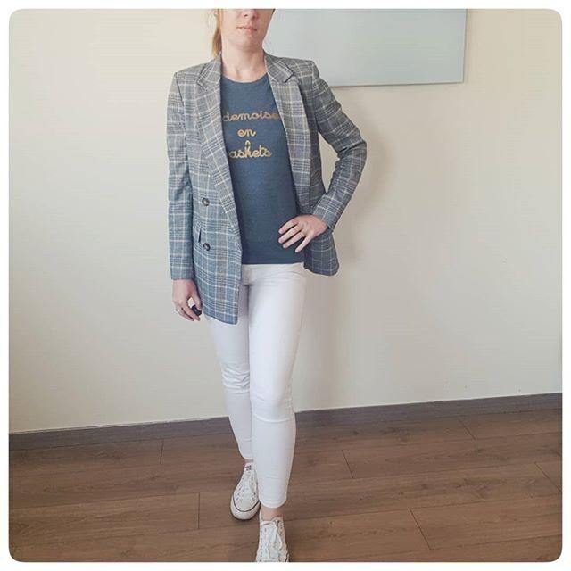 | MLLE EN BASKETS 👟 | Il fallait  bien que je vous montre le tshirt que je portais avec ma tenue de l'autre jour!!! Tellement confort ce type de tenue. J'espère que vous avez passé une bonne journée. Quoi de prévu ce week end ? #teambaskets #sneakers_lovers #sneakerslove #baskets #converselook #tailleurlook #lookdunautrejour #detailsdujour #mademoiselleenbaskets