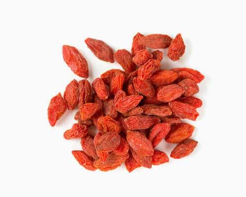 Goji Bær - Hvis du føler dig uoplagt eller sløj, kan gojibær være en god hjælper. De indeholder alle de essentielle aminosyrer, du har behov for, 500 gange mere C-vitamin end appelsiner og er sprængfyldte med antioxidanter. Bærrene er utrolig gavnlige for immunforsvaret og energiniveauet. Vi anbefaler, at du bruger dem, når din krop for eksempel skal bekæmpe en forkølelse eller influenza. Gojibær kan bruges som erstatning for rosiner og være ingrediens i smoothies, i boller og oven på din grød.