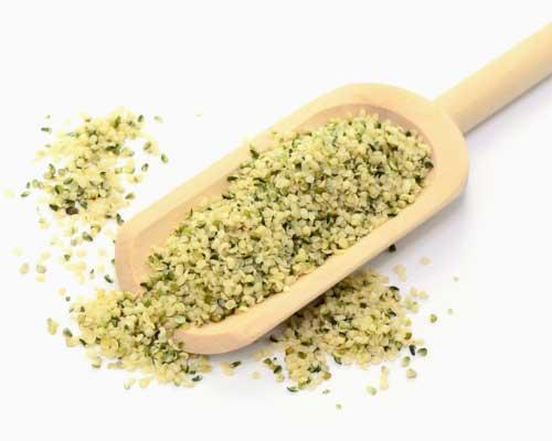 HAMPEFRØSKALLER - Ligesom med hampeproteinpulver er hampefrøskaller en usædvanlig form for proteinkilde: et plantebasseret produkt, der indeholder alle ti essentielle aminosyrer. Derfor kan hampeprodukter være et optimalt supplement for vegetarer, veganere, topidrætsudøvere og for alle andre, der gerne vil supplere juicer, smoothies eller andre måltider, som eksempelvis deres morgenmad, med proteiner af høj kvalitet. Hampefrøskaller indeholder 31 procent protein, 49 procent fedt og 4 procent kulhydrat. Du synes måske, det lyder meget fedt, men sammenlignet med de fleste andre nødder og frø er det relativt lavt. Desuden har hampeprodukter et lavt indhold af kolesterol og et højt indhold af naturlige plantesteroler, der medvirker til at sænke kolesterolniveauet.Hampefrøskaller kan bruges som drys på din morgenmad, i salater og i dine smoothies. De har en lidt nøddeagtig smag og er superlækre. Du kan også lave din helt egen hampefrømælk ud af dem.Vi bruger altid selv økologiske hampefrøskaller.