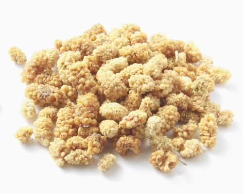 TØRREDE MORBÆR - Morbær har igennem lang tid været anvendt i traditionel naturmedicin, også helt tilbage til det gamle Kina og Grækenland. Morbær, der også kendes som mulberry, indeholder mange vigtige vitaminer og mineraler som C-vitamin, K-vitamin, proteiner, jern og calcium og andre vigtige næringsstoffer som polyfenoler, flavonoider, steroider, triterpener, astra- galin og isoquercitrin. Bærrene indeholder også en god mængde resveratrol, der fungerer både som en antioxidant og antikoagulans – altså forhindrer blod i at størkne, så det kunne tænkes at være fordelagtigt til forebyggelse af blodpropper.De små lille lækre bær er meget søde og smager lidt som karamel. Spis dem, som de er, eller put dem i dine smoothies, salater, grød, bagværk osv.