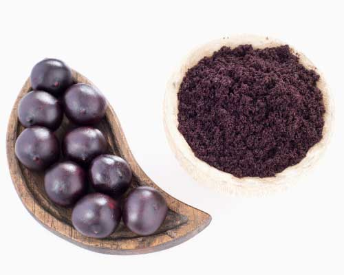 ACAI PULVER - De små acaibær menes at være et af de mest kraftfulde bær i verden. Og netop derfor udråbes acai til så absolut at være USA's superfood nummer et. Bærret indeholder alt, hvad din krop behøver. For at du kan tabe dig, skal din krop være i balance. Og det er, hvad acai kan hjælpe dig med. Acai har 10 gange så mange antioxidanter som vindruer og dobbelt så mange som blæbær. Acai har 10 til 30 gange s. mange anthocyaniner (flavonoider) som rødvin. Samtidig er acai enormt rigt på det sunde omegafedt.Næsten 50 procent er fedt, og 74 procent af fedtet er det sunde umættede fedt, som eksempelvis omega-3, omega-6 og omega-9. Der er også masser af vitaminer i acai – A-vitamin, B1-, B2-, B3-vitamin, C-vitamin og E-vitamin. Og mineraler: kalium, calcium, magnesium, kobber og zink. Og 19 forskellige aminosyrer er blevet identificeret i acai.Aminosyre er byggestenen i protein, så der er over otte gram protein i en 100 grams servering af acai. Desuden er acai rigt på de sunde plantefibre og plantesteroler. Acai har en helt unik og lækker smag af bær og chokolade. Altså er det perfekt til at komme i dine juicer og smoothies, eller det kan spises alene eller som drys p. morgenmaden.