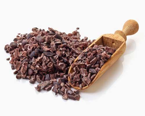 RAW KAKAONIBS & RAW KAKAO PULVER - Raw kakaonibs og raw kakao er sande superfoods. Det er chokolade i sin reneste form – helt uden sukker, mælkeprodukter eller andre fyldstoffer, og så er det smækfyldt med antioxidanter, jern, kalium og magnesium. Flere forskere hævder, at et par mundfulde kakaonibs dagligt kan forebygge knogleskørhed, blodpropper og kræft. I hvert fald er forskere ikke i tvivl om, at et par bidder af den rene, mørke chokolade reducerer risikoen for blodpropper med 25 til 50 procent. Chokolade i den reneste form, kakao, indeholder masser af polyfenoler, som er godt for benvævet og kan være med til at forebygge knogleskørhed og vedligeholde skelettet.Polyfenol er en stærk antioxidant, som også beskytter kroppens celler og virker forebyggende mod hjerteproblemer og kræft. Kakao indeholder desuden et andet antioxidant: catechin, der styrker immunforsvaret. Raw kakaonibs og raw kakaopulver er perfekte til en lækker smoothie, som drys på morgenmaden eller til desserter.