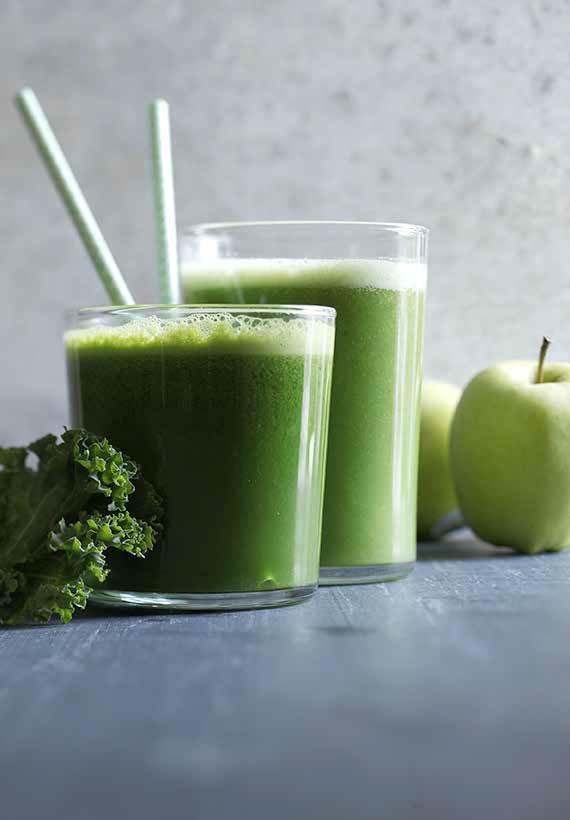 grøn-juice-med-sugerør