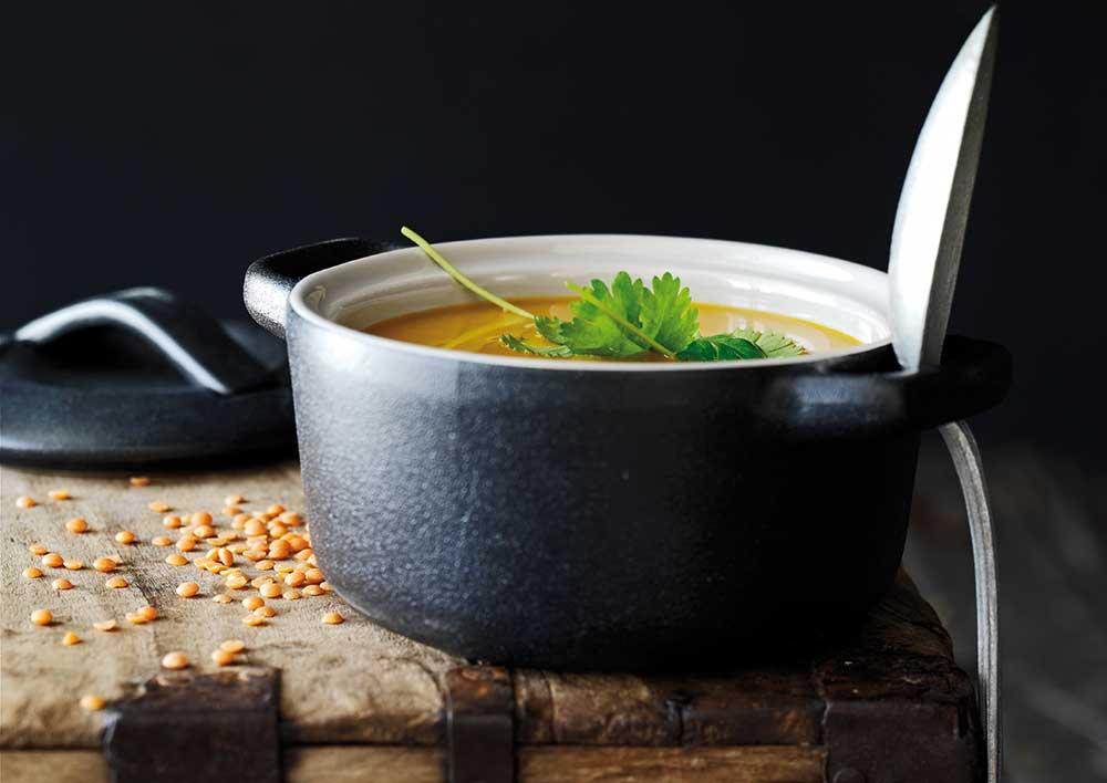 Sådan gør du - Varm kokosolien i en gryde, og svits løg, hvidløg og ingefær, til løgene er blanke. Tilsæt linser, grøntsager og gurkemeje, og vend det hele med løgblandingen. Tilsæt bouillon, og lad det simre, til grøntsager og linser er møre. Smag til med tamari, og blend suppen, til den har en jævn og cremet konsistens.
