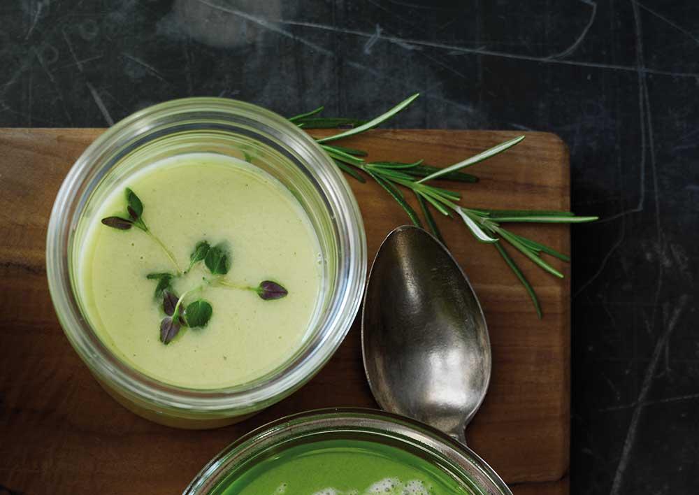 Sådan gør du - Varm kokosolie i en gryde, og svits løg og hvidløg, til løgene er blanke. Tilsæt resten af grøntsagerne, og vend dem rundt i løgblandingen. Tilsæt bouillon og kokosmælk, og lad det simre, til grøntsagerne er møre. Smag til med tamari, og blend suppen, til den har en jævn og cremet konsistens.