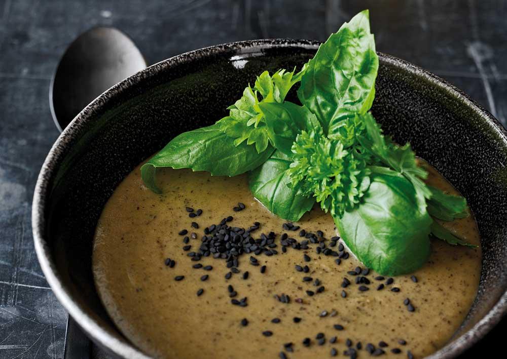 Sådan gør du - Varm kokosolien i en gryde, og svits løg og hvidløg, til løgene er blanke. Tilsæt grøntsager, og vend det godt sammen med løgblandingen. Tilsæt bouillon, og lad det simre, til grøntsagerne er møre. Tilsæt de sorte bønner og citronsaft, smag til med tamari, og blend, til suppen har en jævn og cremet konsistens. Put evt. lidt ekstra kogt vand i suppen, så du får den konsistens, du vil have.