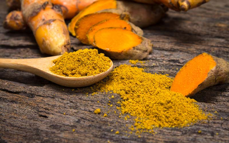 Gurkemeje - Lindrer en forstyrret mave, letter symptomerne på gigt, forbedrer hjertesundheden, fremmer vægttab og kan hjælpe med at behandle depression. Det tilføjer også en fantastisk lys gul farve til enhver skål!