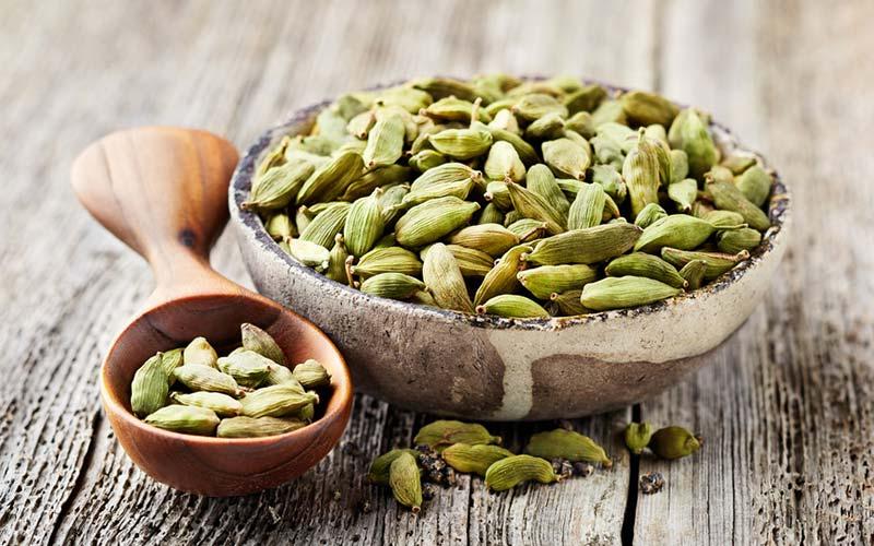 Kardemomme - Menes at have afrodisiakanske kvaliteter i det antikke Grækenland, Rom og Egypten, men har også en række sundhedsmæssige fordele, herunder rensning af bihulerne, stimulering af sindet og opmuntrende klarhed. Det hjælper på fordøjelsesbesvær, urolig mave og halsbrand og kan også minimere de slimdannende egenskaber i mælk og afgifte koffein, når de tilsættes til kaffe.