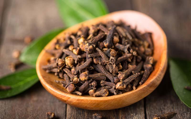 Nelliker - Udover at være et populært julemad i vesten, er nelliker et meget gammel Ayurvedisk krydderi, der hjælper fordøjelsen og stofskiftet. Det har også antiinflammatoriske fordele og bruges også ved tandpine.