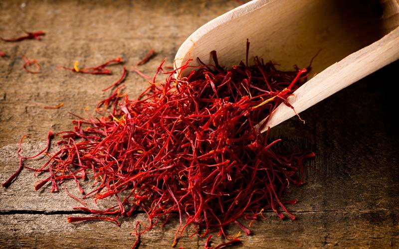 Safran - Et smukt aromatisk krydderi, der styrker hele kroppen, med en kraftig effekt på de reproduktive organer. Det kan hjælpe med at lette overgangsalder, menstruationsbesvær og humørsvingninger.