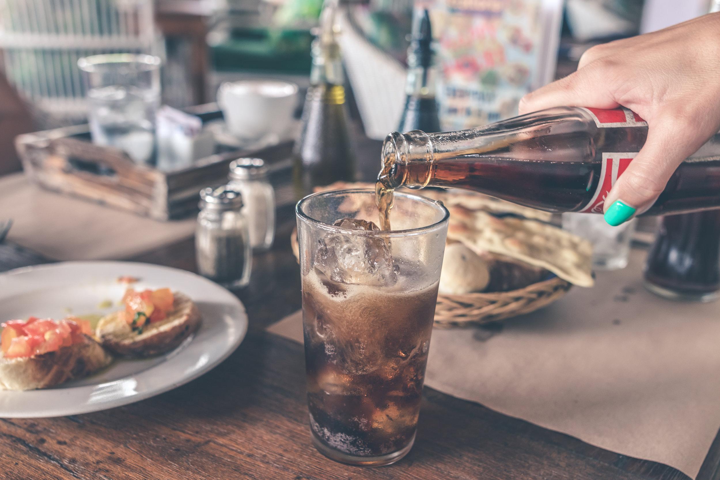 sodavand-hældes-i-glas