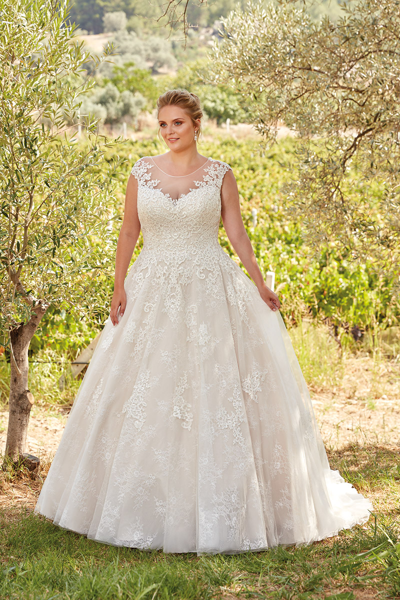 BridesbyYoung-EddyK-CurvyCollection-UR110.jpg