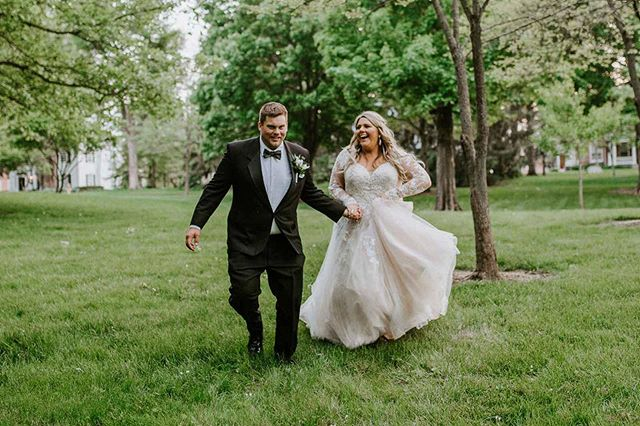 Running for the weekend like 👰💨 . . But in all seriousness, we LOVE this shot of our #BridesbyYoungRealBride, Paige and her new husband, Andrew 😍 You can almost feel their joy and hear the laughter through the picture! . . Photography: @abbeyelainephotography  Planner: @emilysaraevents