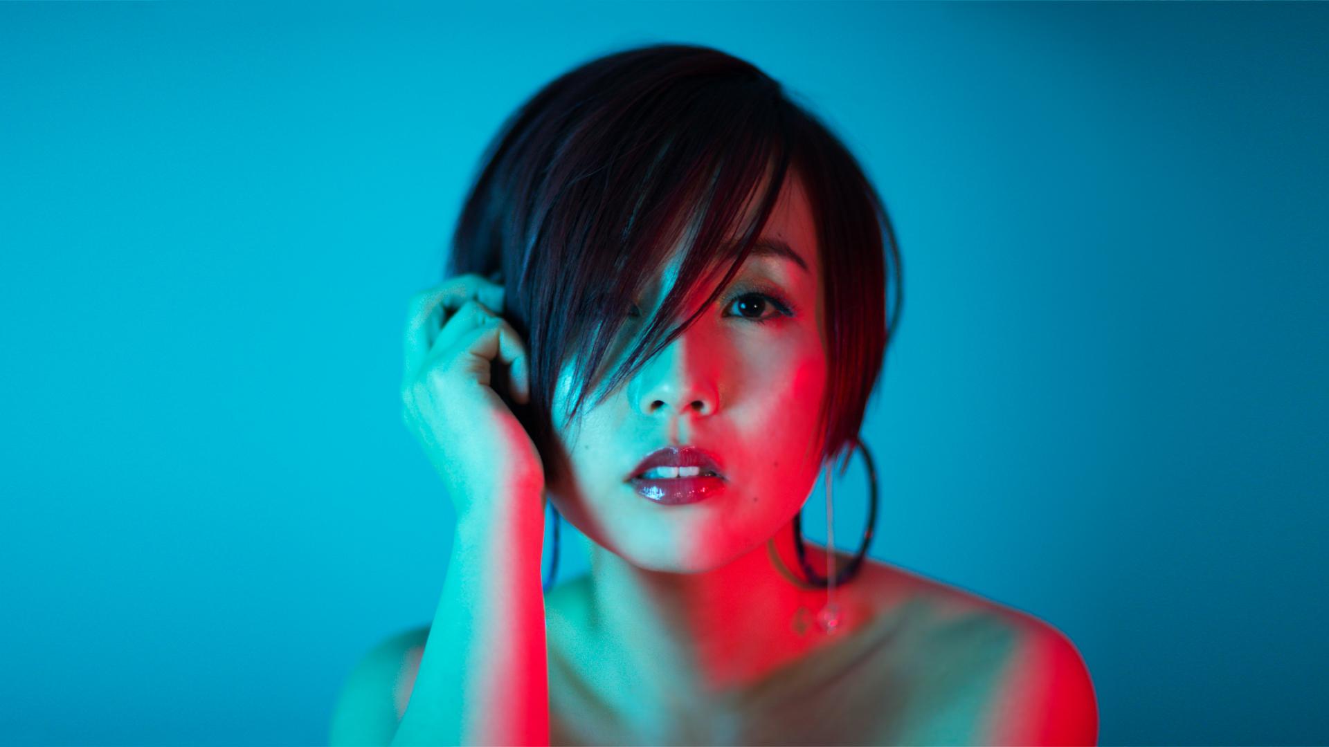 Nao Yoshioka NY仕込みのパワフルなヴォイスと表現力、ヒストリーに根ざしながらもレイドバックとは異なるモダンなテイストを兼ね備えた現在進行形ソウル・シンガー。2013年のデビュー作『The Light』はスマッシュヒットを記録し2015年には全米でもリリース。日本では同年2nd『Rising』でメジャーデビューを果たした。名門ブッキングエージェンシーと契約後、アメリカへ活動拠点を移す。3rd『The Truth』ではアリシア・キーズらを支えた名プロデューサー/ライターたちと共作し、米国ローリングストーン誌に高い評価を受けビルボードのUACチャートにて最高32位を獲得をし、世界の舞台で活躍を重ねている。