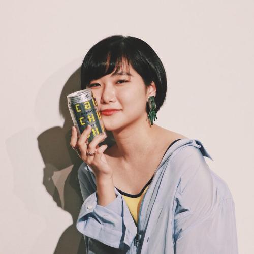 日本大学芸術学部版画コースを卒業後フリーランスのイラストレーターとして活動。酒と唄と哀愁をこよなく愛する女。誰もが顔を赤らめるあの青春を追い求めて。
