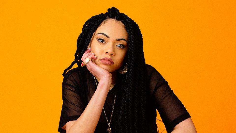Jaz Karis  NAOなど注目の女性シンガーを輩出するUKシーンのホットスポット、サウス・ロンドン出身のシンガー/ソングライター。AdeleやAmy Winehouseも輩出した名門BRIT Schoolの卒業生でもあり、2017年にデビューEP『Into The Wilderness』、2018年にはライブ音源からなる『Live At The Dairy』とシングルを発表。現代的なジャンルに固執しないスタイルと生命力のある歌声はすぐさま世界の音楽ファンたちの知るところとなり、ベルリンの音楽プラットフォーム「COLORS」が持つYouTubeの人気コンテンツ「A COLORS SHOW」に出演して450万回を超える再生回数を記録。Tom Mischのアルバムにもその名がクレジットされ、Jorja Smith、Mahaliaに続く新たな才能の持ち主として注目を集める若き才能だ。