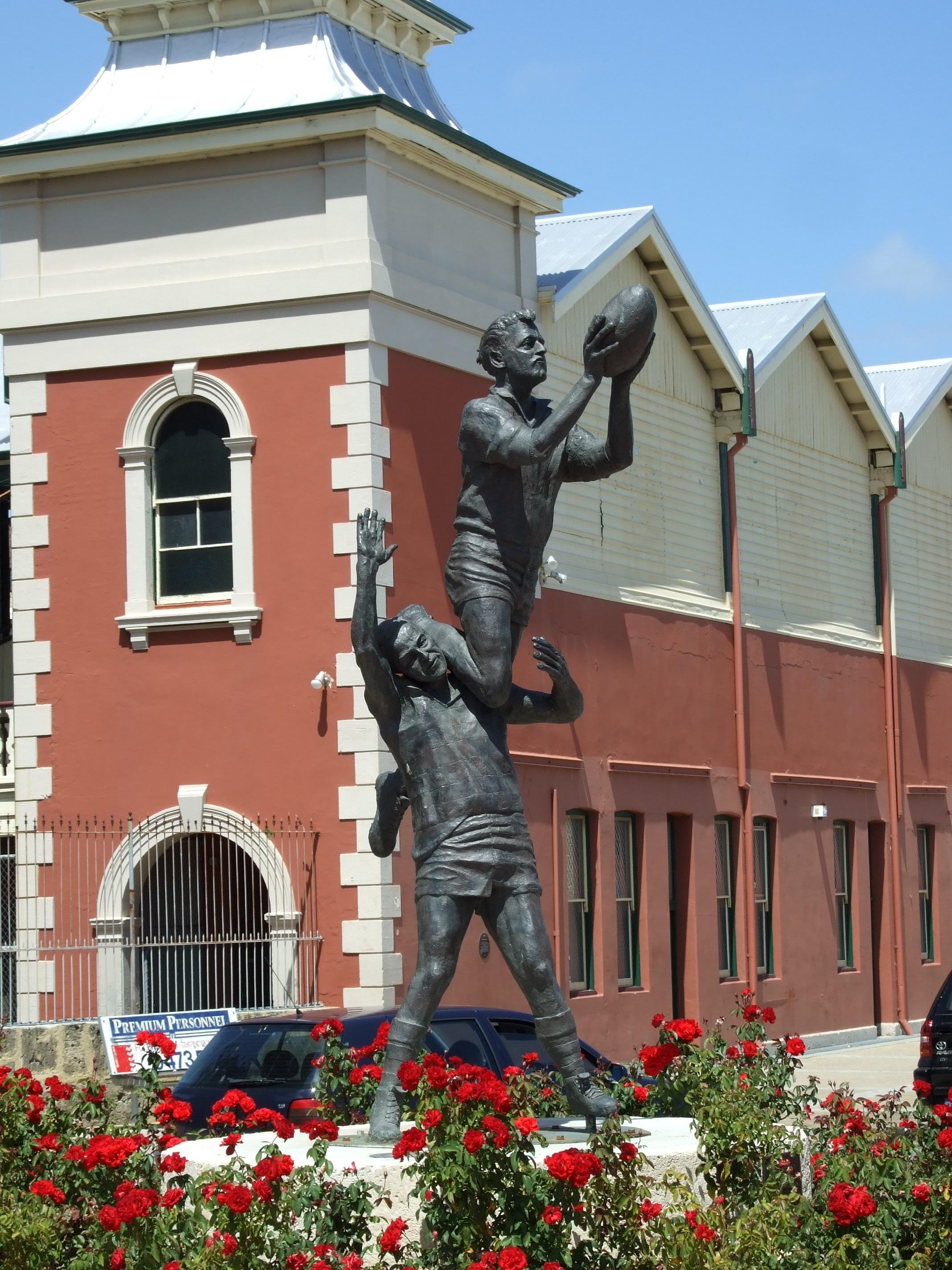 Fremantle_Oval_Statue.jpg