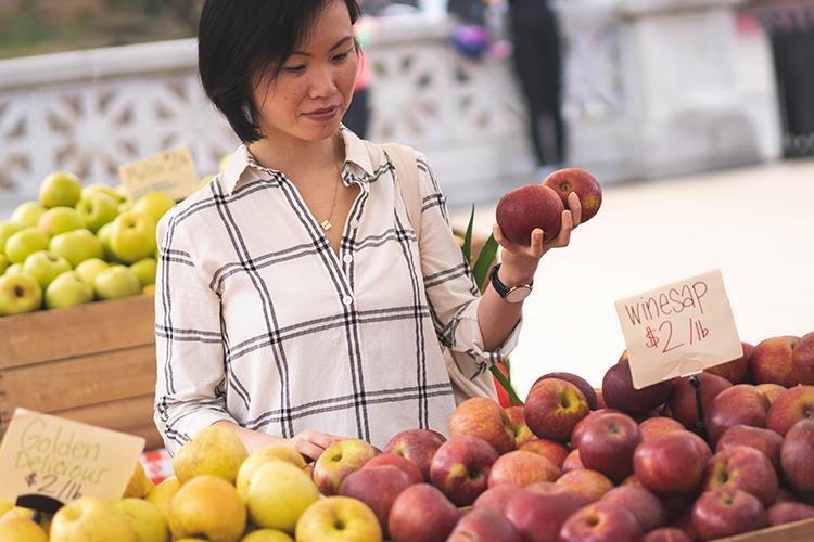 cat-luu-health-coach-services-gallery-farmers-market-shopping-apples-750x500.jpg
