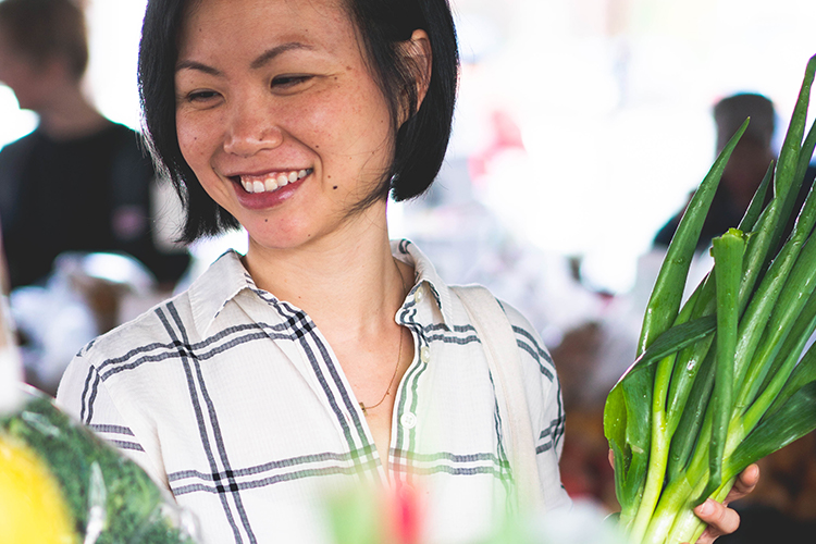 cat-luu-health-coach-services-gallery-farmers-market-shopping-scallions-smile-750x500.jpg