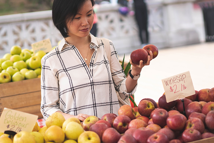 cat-luu-health-coach-services-gallery-farmers-market-shopping-apples-750x500.jpg