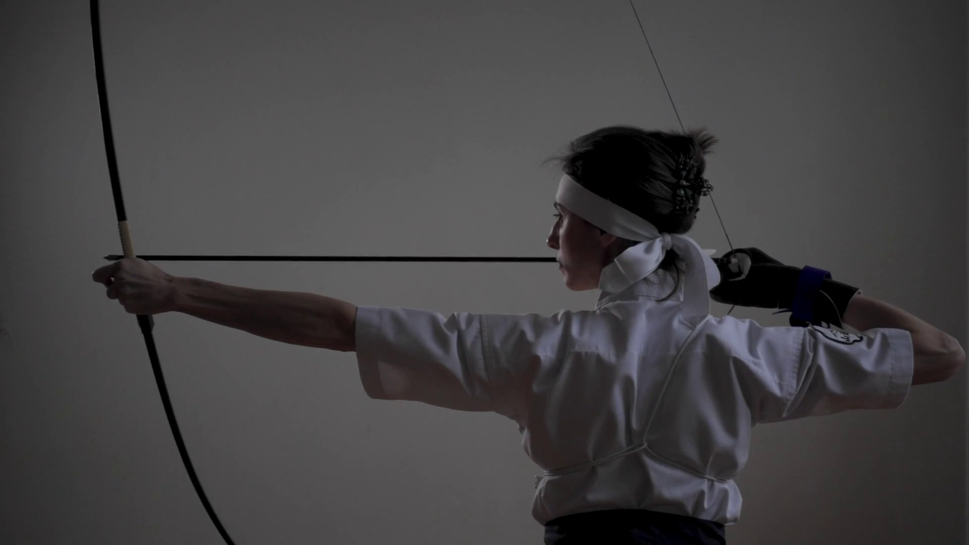 videoblocks-woman-practicing-kyudo-bow-shooting_szp7y6mrg_thumbnail-full01.png