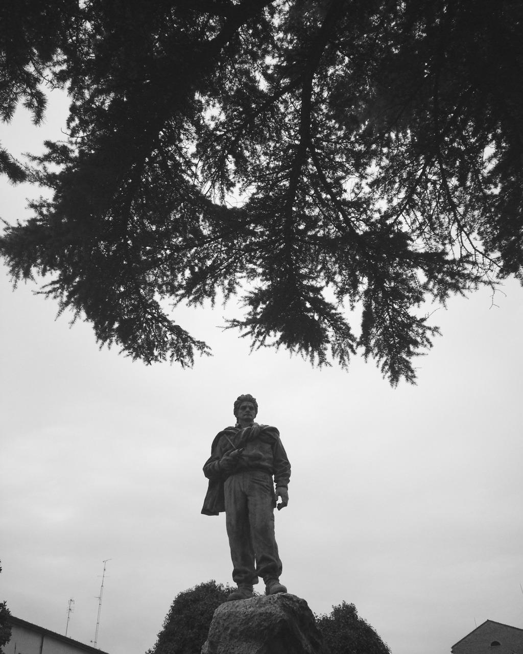 «Se voi volete andare in pellegrinaggio nel luogo dove è nata la nostra Costituzione, andate nelle montagne dove caddero i partigiani, nelle carceri dove furono imprigionati, nei campi dove furono impiccati. Dovunque è morto un Italiano per riscattare la libertà e la dignità, andate lì, o giovani, col pensiero, perché lì è nata la nostra costituzione.»  (Piero Calamandrei, Discorso ai giovani sulla Costituzione nata dalla Resistenza. Milano, 26 gennaio 1955)    Sta cominciando il mio viaggio verso i sentieri dei nidi di ragno.