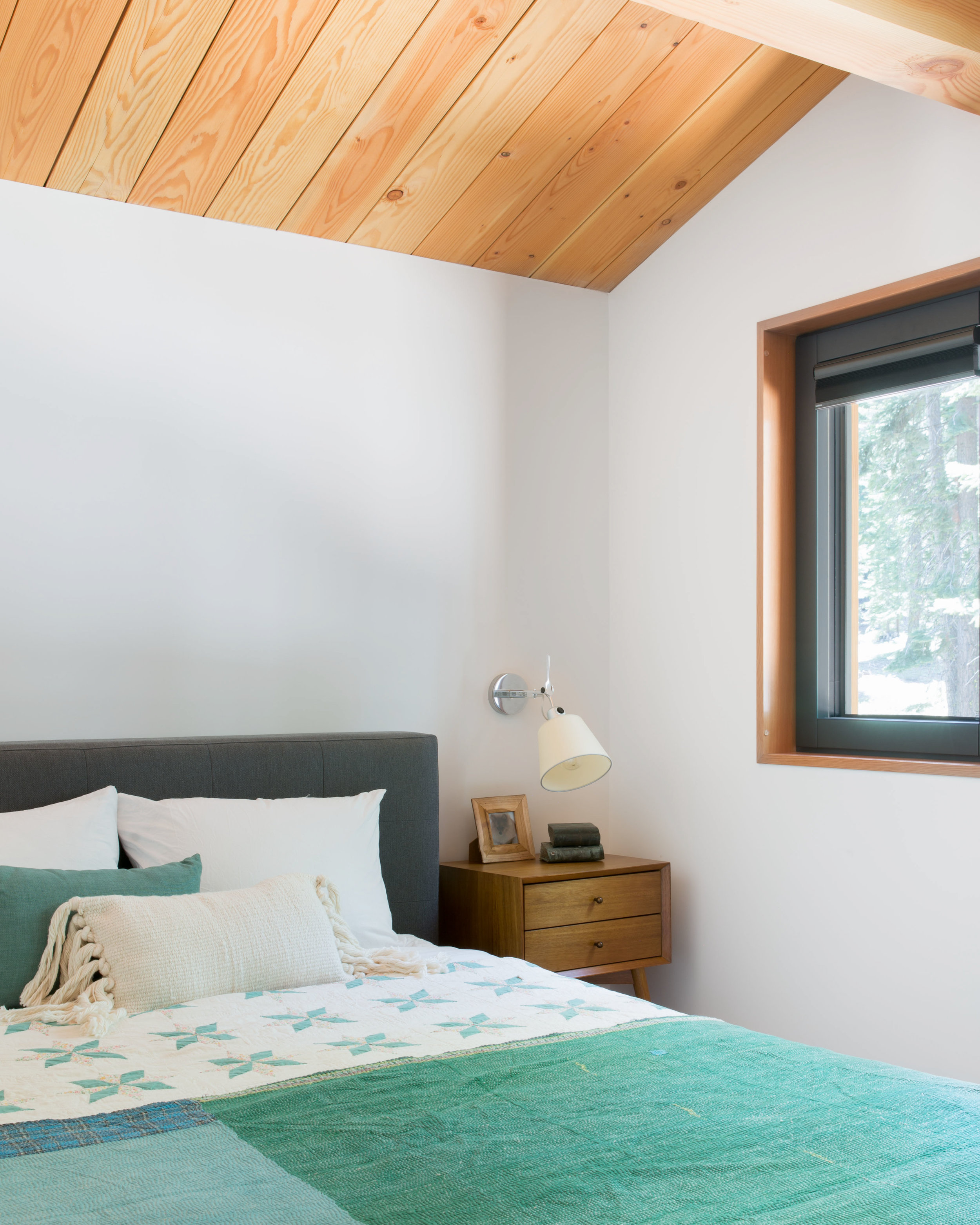 17_RBD_WOODSY TAHOE CABIN - GUEST BEDROOM UP.jpg