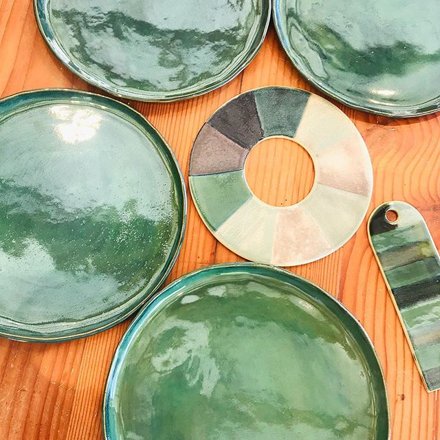 Using the glaze colour wheels to help choose a colour for side plates to go with these beautiful green dinner plates - made by Lesley in our Coffee & Clay mornings ✨ . . #coffeeandclay #makersmessbyronbay #potteryworkshop #handbuiltpottery #handmade #makersmovement #makersgonnamake #clay #ceramics