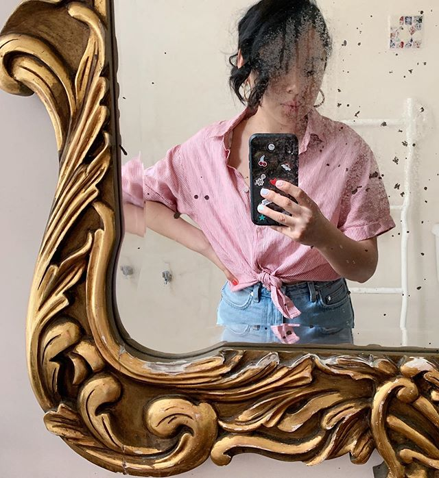 Always take advantage of a mirror, even if it's dirty 😝. . . . . #adayofrose#latinafashionblogger#styleaddict#discoverunder5k#petitefashionblogger#mexicanfashionblogger#petite#falllookk#blogdiaries#styletips#nycblogger#zarastyle#thriftedstyle#sonya6000#fashioninfluencer#realoutfitgram#mxblogger#thriftfind#goodwill#thriftstyles#grocertstyle#streetstyle#blogpost#nycstreetstyle#subwayfashion