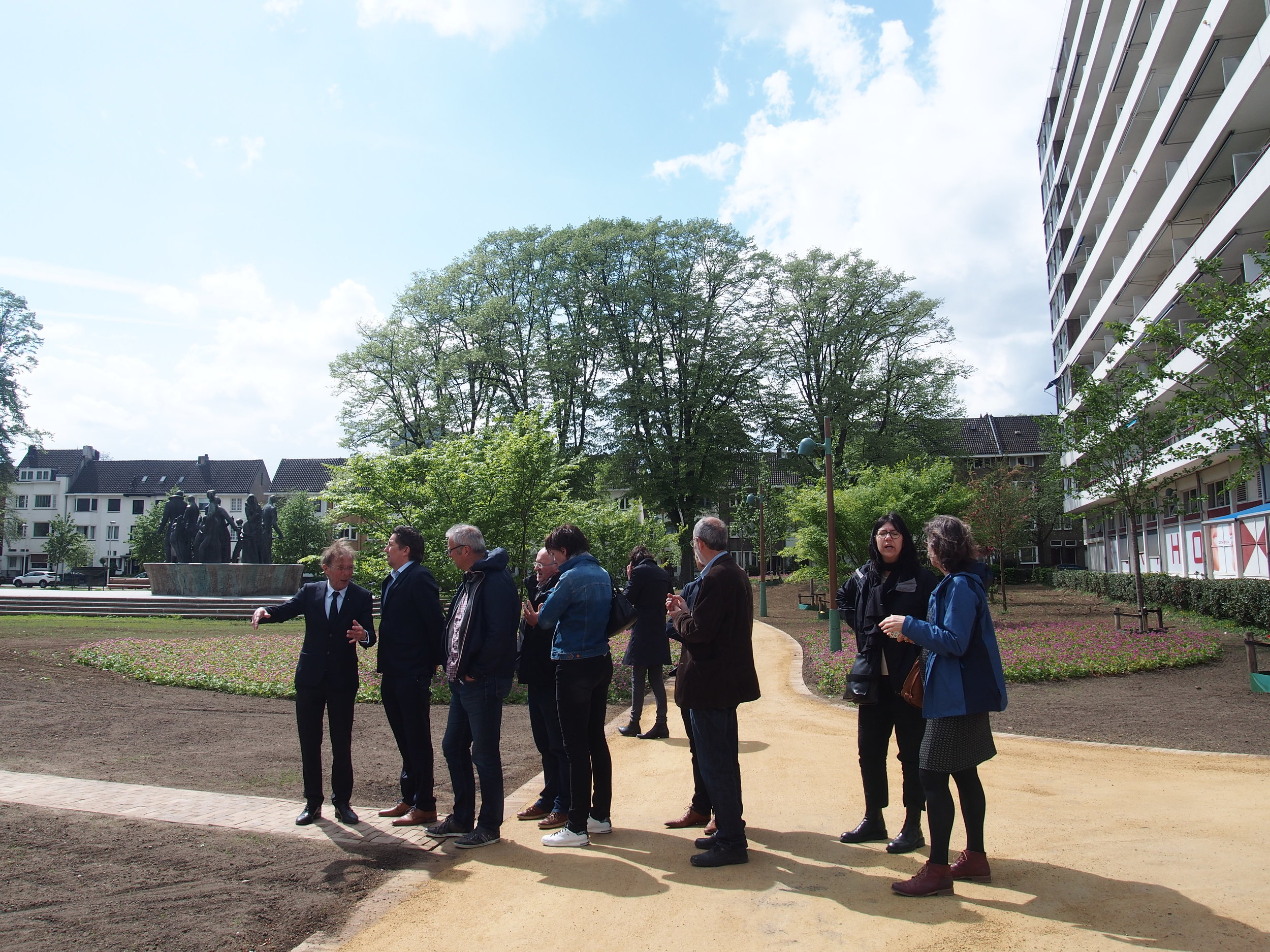 Louis Prompers, directeur van Projectbureau A2 Maastricht geeft op enthousiaste wijze tekst en uitleg.