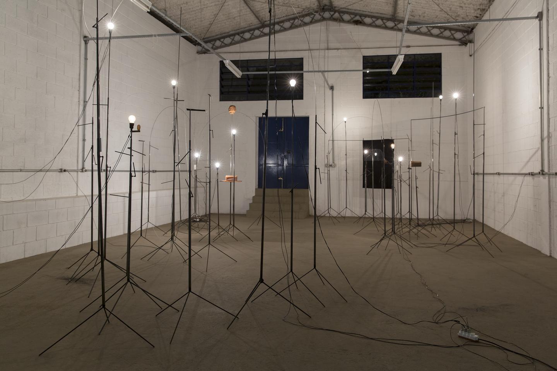 1. Instalação Bosque_15x10m_45 tripés de aço e objetos de materiais variados.JPG