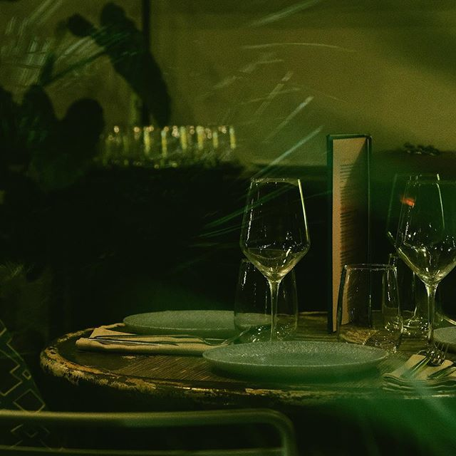 Dîner pour deux . . . #dsldays #stilllife #nightslikethis #dark #darkness #greenlight #green #light #shilouette #photo #photography #street #streetphotography #dinner #romantic #habanera #madrid