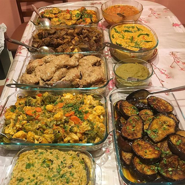 For me it's thanksgiving every weekend 😜 joking.. but not really. Family dinners in Bengali households usually look something like this: way more dishes than you possibly eat (all eaten with rice as the main starch!) without going into a food coma.The key to not going into one is simple: load up on the veggies and try a little bit of everything else 🤗 We have here: lentils, mashed beans, puréed squash, fried eggplant, sautéed vegetables, chicken, fish, beef curry, and tomato chutney 🍛