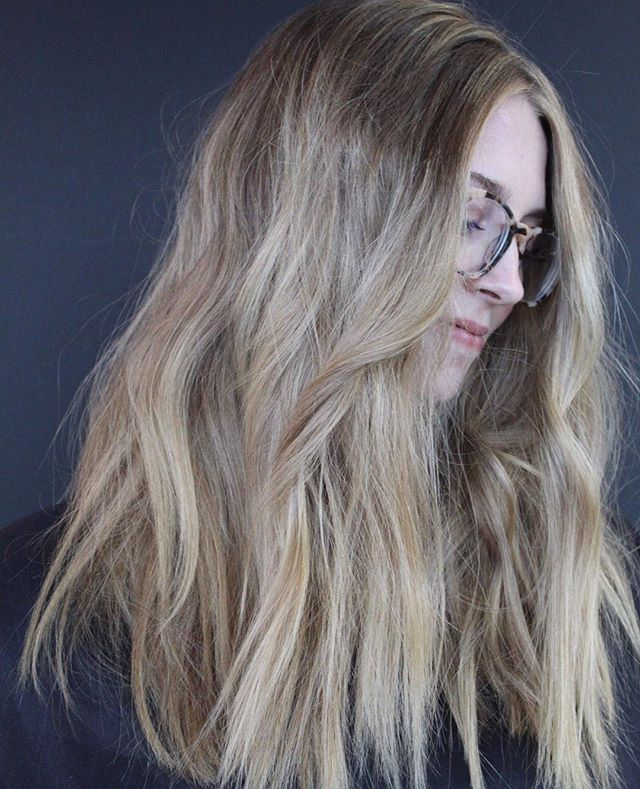 Lived in perfection 😍⠀ .⠀ .⠀ #carmelsalon #indygrammers #carmelindiana #indystylists #societyofbeauty #coolblonde #youhavecoolhair #societyofbeauty #indyblogger #westfieldindiana #indy #modernsalon #dimensionalblonde #livedinhair #thattexturetho