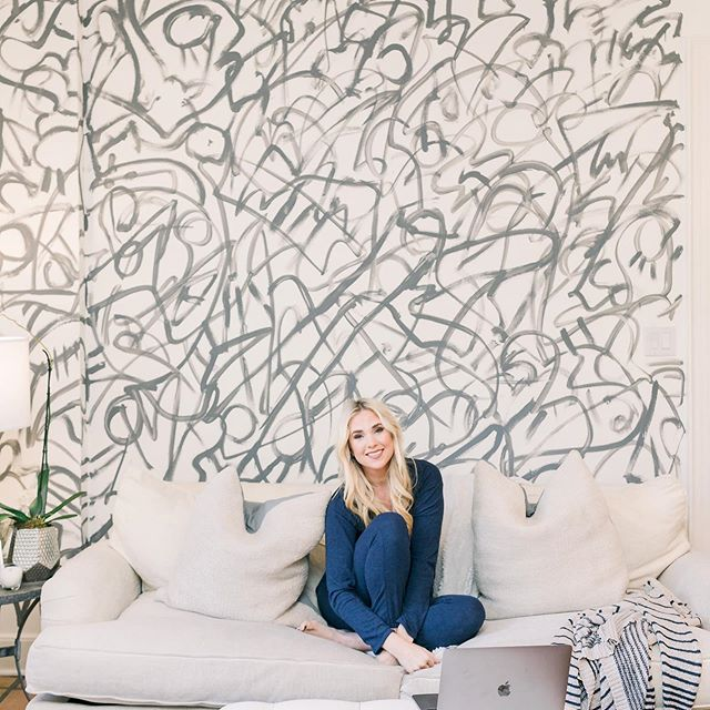 Obsessed with this @where_is_frances painted Wall in my Kitchen. . Just hanging in my one of my favorite rooms of my house! ✌🏻