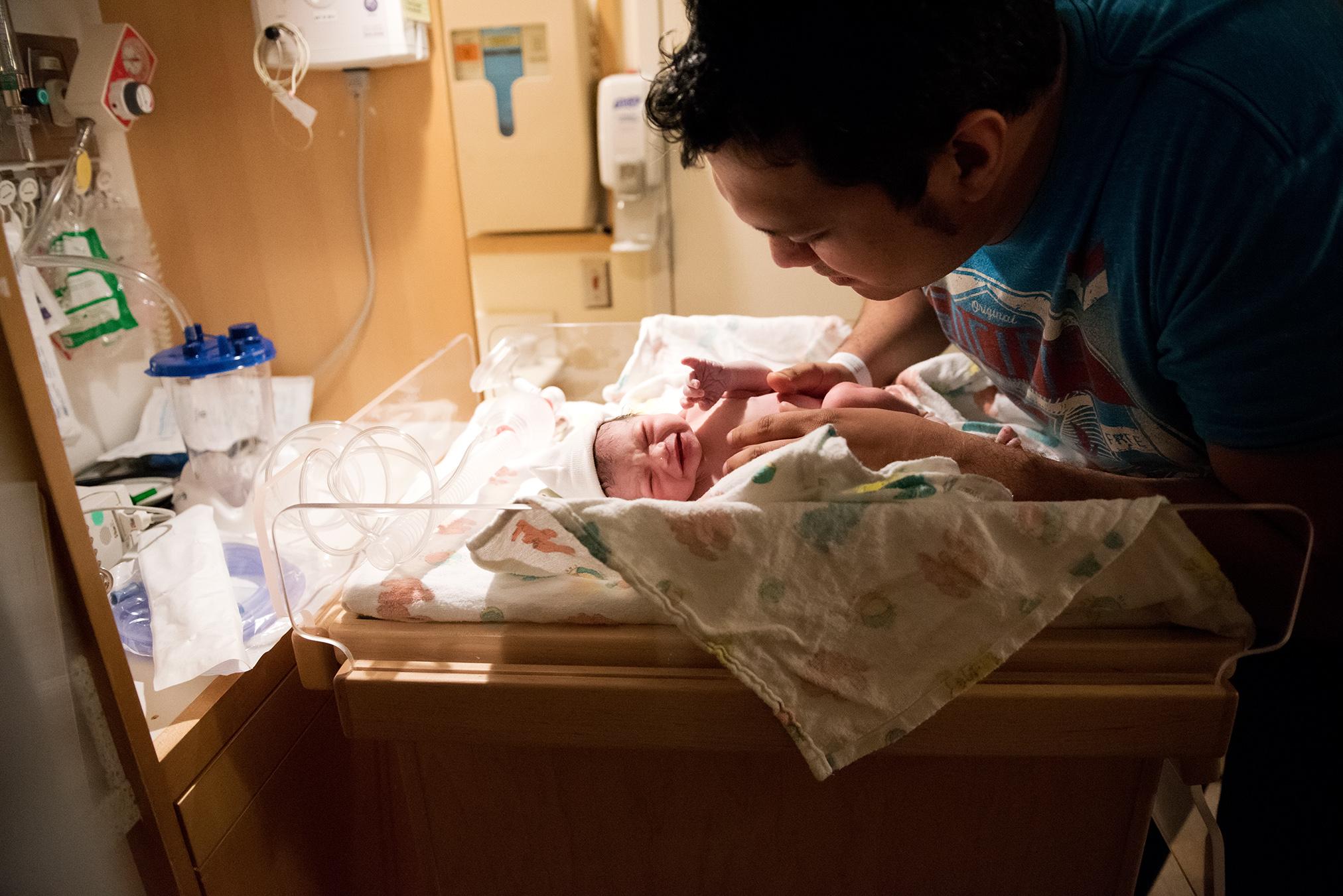 daddy-and-newborn