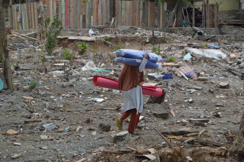 Above: A woman in Loli Pesua village, Donggala, with a shelter and hygiene kit.