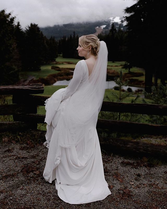 I was wearing seven layers and my numb fingers could barely operate my camera yet Elena in her thin dress seemed to be completely fine. Either way, bundle up for your winter weddings, Brides ❄️❄️