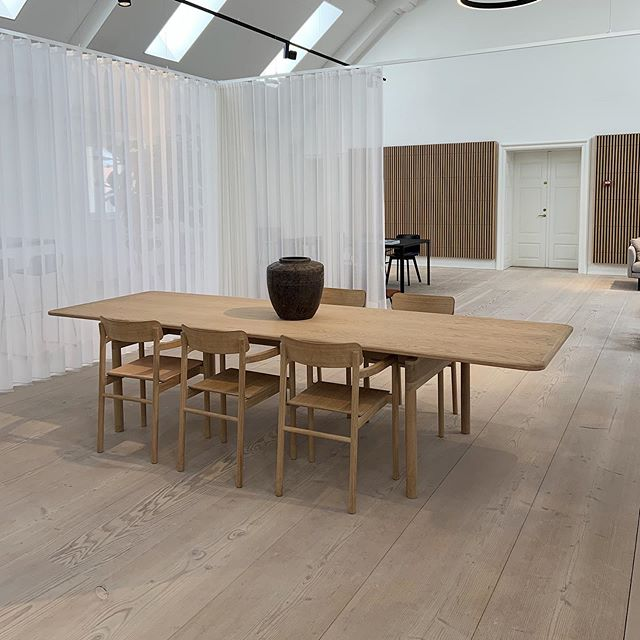 Yesterday we got a tour of the @fredericiafurniture showroom here in Copenhagen, and it did not disappoint! Besides from all the beautiful Børge Mogensen pieces, this table and chairs by Danish Industrial Designer Cecilie Manz was my favourite! Incredible craftsmanship and attention to detail as always! If you're in Copenhagen it is well worth a visit! . . . . . #danish #design #furniture #showroom #table #chairs #details #oak #light #craftmanship #interiors #furniture #industrialdesign #fredericafurniture #copenhagen #denmark #scandinaviandesign #simple #beautiful